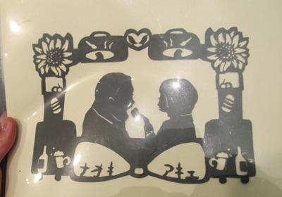 即興紙切り・今度ご結婚するお二人の横顔とイメージを周りに